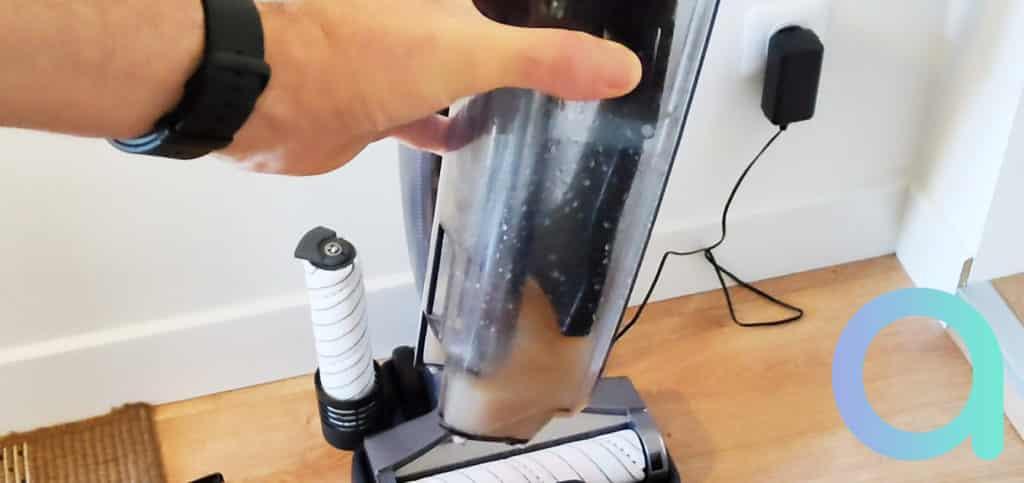 Le bac d'eau sale reflete l'efficacité du balai Jimmy HW8 Pro