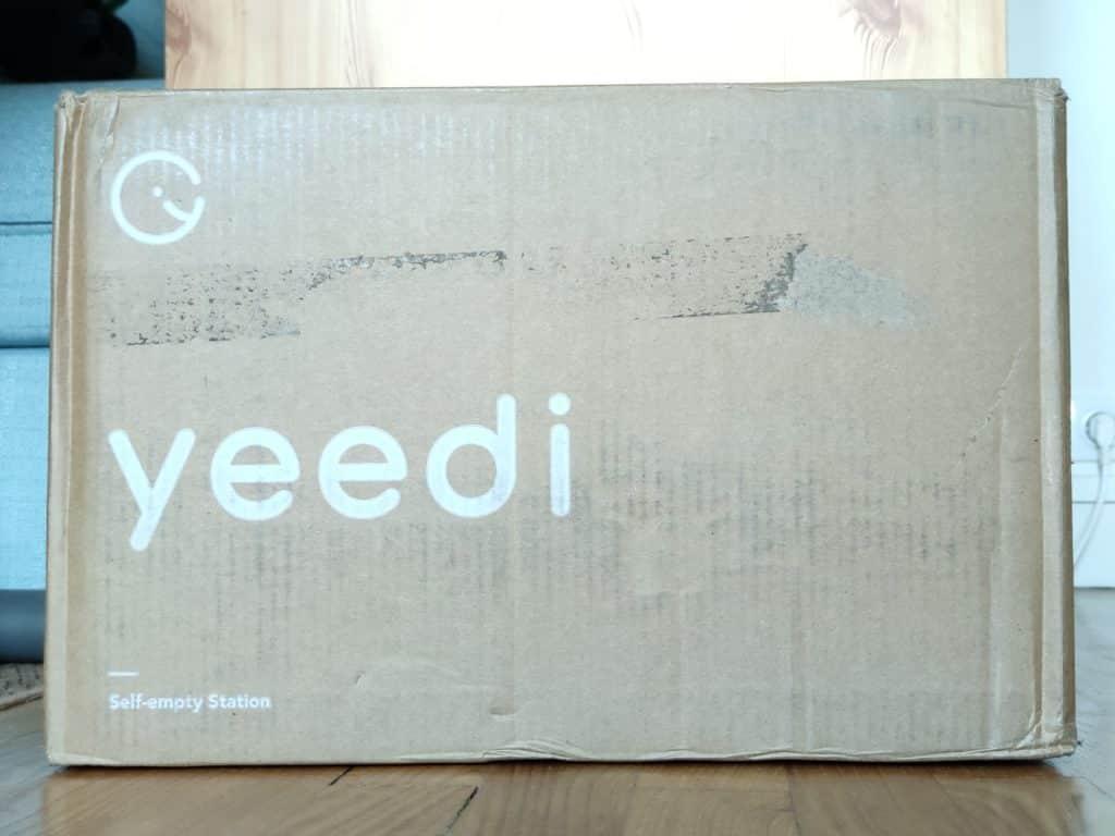 C'est un gros carton qui arrive et qui contient la station de vidange dédiée au robot aspirateur Yeedi Vac Max