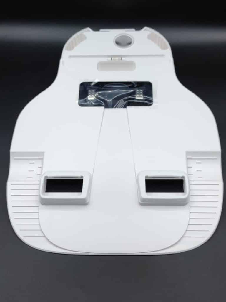 Le socle de la station de vidange du Yeedi Vac Mac avec ses trous pour aspirer les poussères du bac de l'aspirateur robot