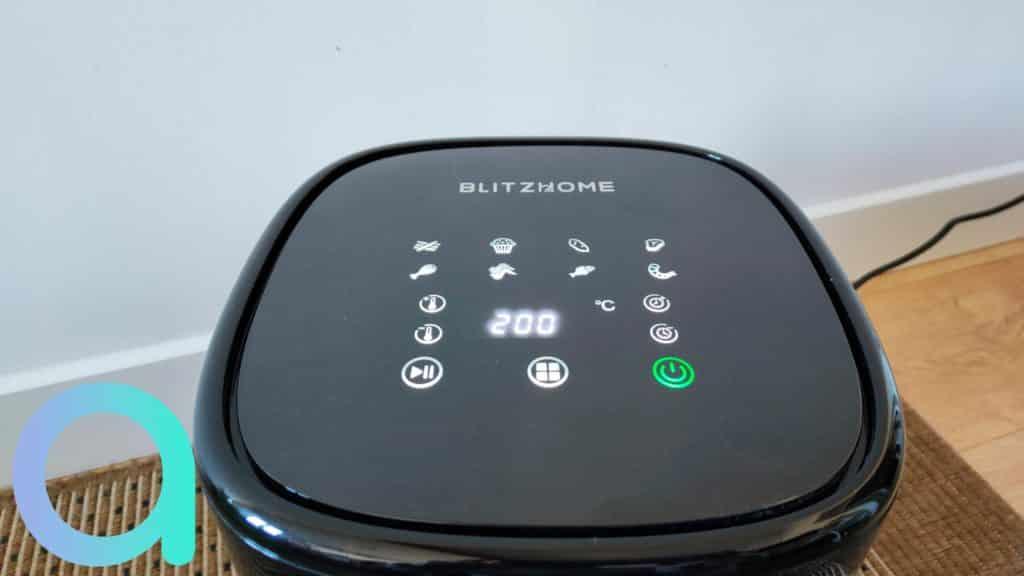 Le panneau de controle de la friteuse Air Fryer de BlitzHome propose 8 modes de pré réglages