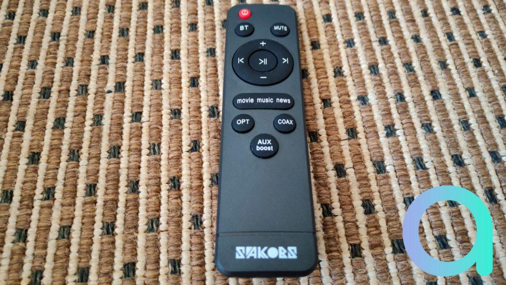 Une télécommande accomande la barre de son Sakobs DS6601
