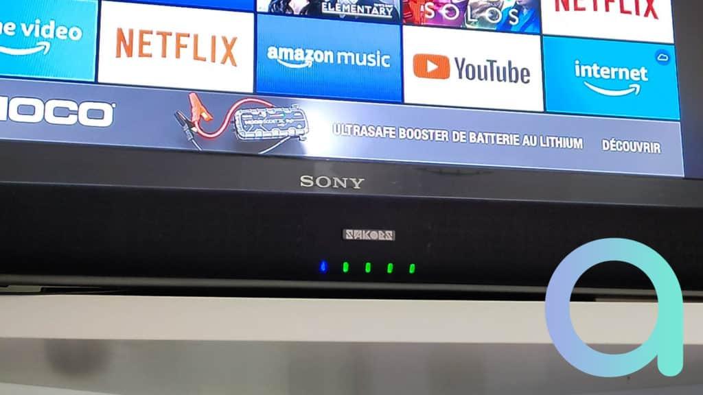 une LED bleu s'allume en face de la source de branchement sur la barre de son DS6601 de Sakobs