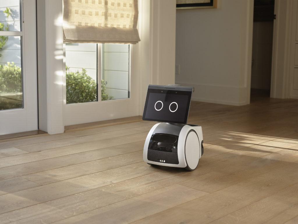 Amazon Astro se déplace dans une maison