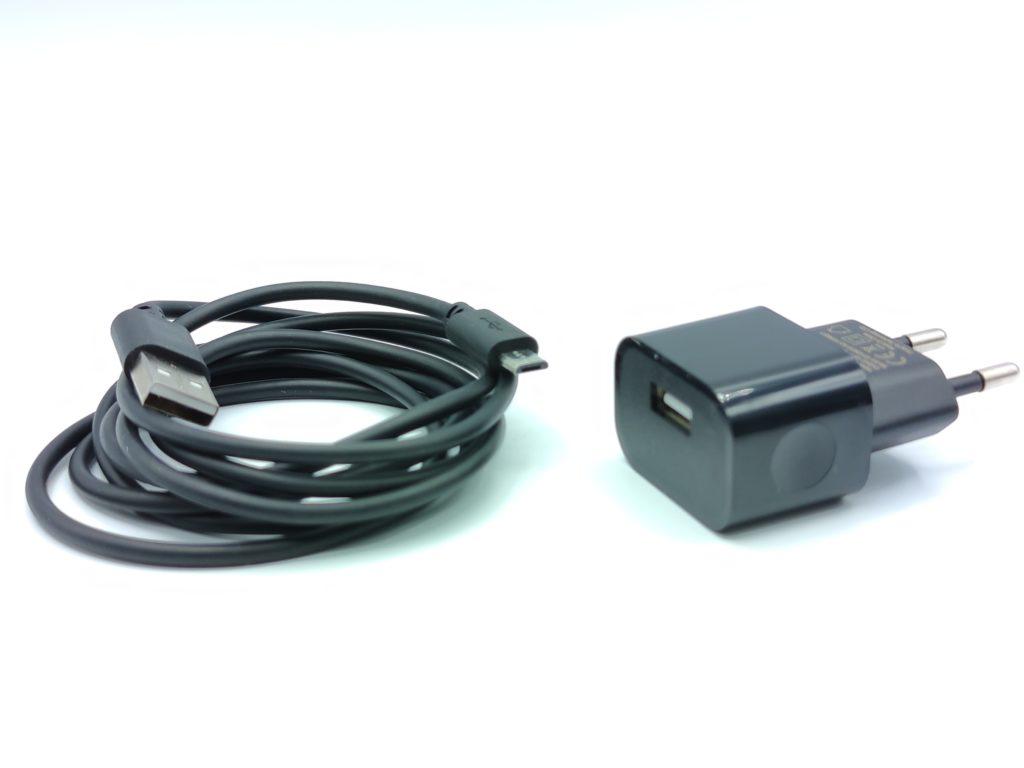 Le cable micro USB et son adapteur pour raccorder la box domotique Homey Bridge